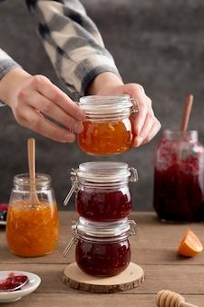 Haufen orangen- und waldfrucht hausgemachte köstliche marmelade