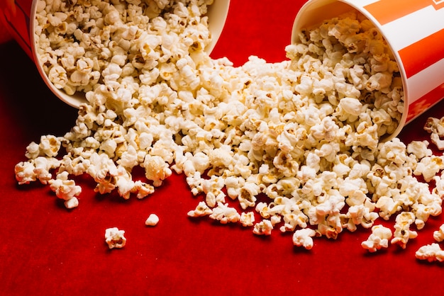 Haufen popcorn aus eimern verschüttet
