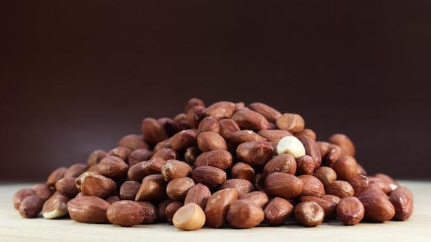 Haufen roher erdnüsse. kultivierte erdnüsse, unterirdische oder erdnüsse.