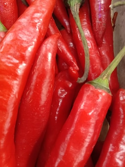 Haufen roter chilis zum verkauf bereit