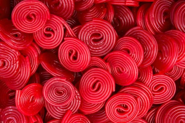 Haufen roter erdbeer-lakritzräder wirbeln formbonbons