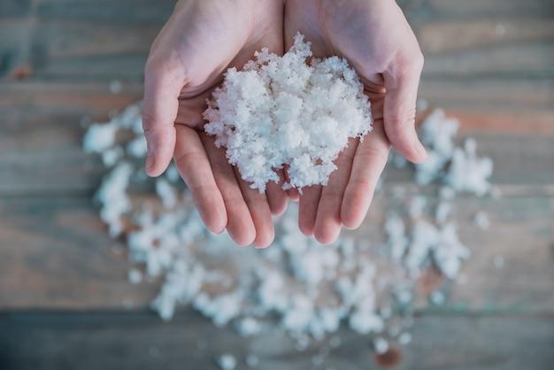 Haufen schnee in den händen