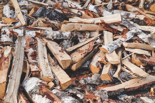 Haufen trocknen gespaltenes brennholz bereit für den winter