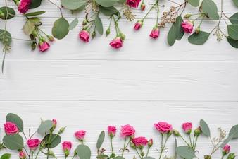 Haufen von Blumen und Blättern