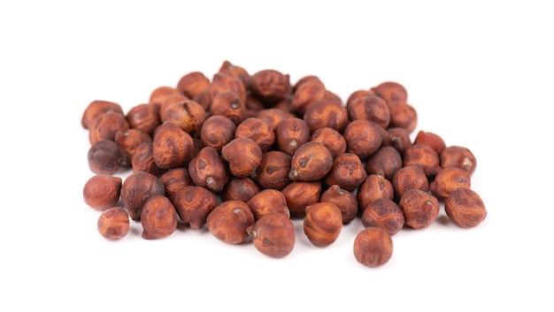Haufen von braunen kichererbsen, isoliert auf weißem hintergrund. braune kichererbse. garbanzo, bengal-gramm oder kichererbsenbohne.