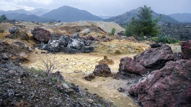 Haufen von bunten altgesteinen und abraum in der nähe der verlassenen memi-mine in xyliatos zyperncy