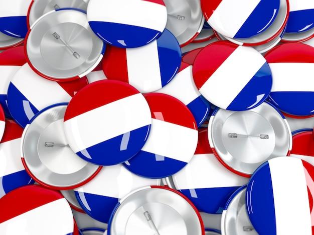 Haufen von buttons mit flagge der niederlande. realistisches 3d-rendering