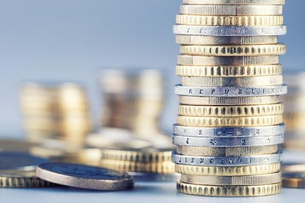 Haufen von euro-münzen in türmen gestapelt - makroaufnahme.