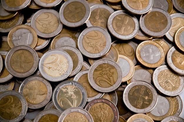 Haufen von euro-münzen Premium Fotos