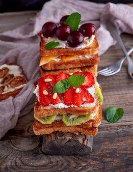 Haufen von french toast aus weißbrot mit hüttenkäse und erdbeeren