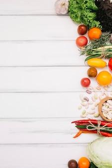 Haufen von frischem gemüse