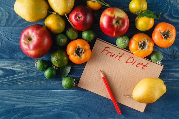 Haufen von frischem obst und gemüse auf hölzernem hintergrund
