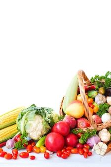 Haufen von frischem obst und gemüse im korb lokalisiert auf weiß. gesundes essen.