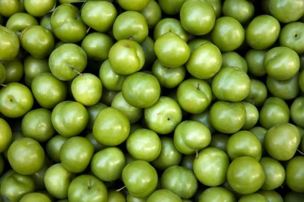 Haufen von frischen organischen grünen pflaumen, grünbuch, an einem straßenmarkt in istanbul, die türkei
