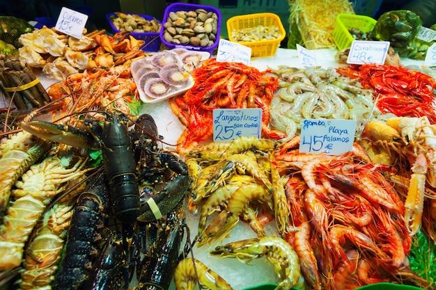 Haufen von frischen ungekochten meeresfrüchten