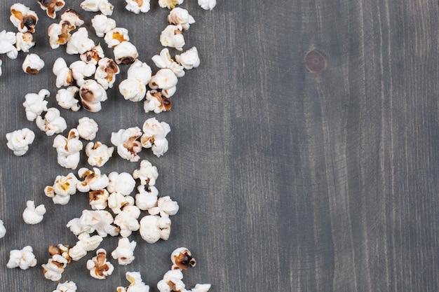 Haufen von gesalzenem popcorn auf holzoberfläche