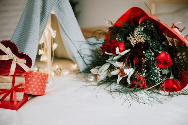 Haufen von geschenken und blumen