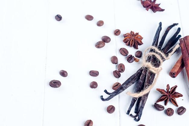 Haufen von gewürzen zimtstangen, vanille, kaffeebohne und anis sterne