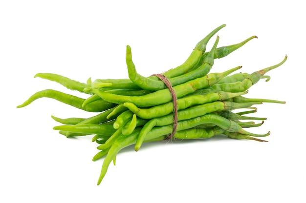 Haufen von green chili oder von mirchi auf weißem hintergrund