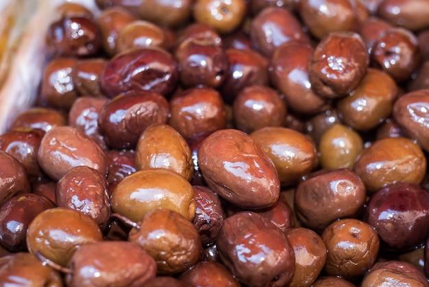 Haufen von grünen oliven
