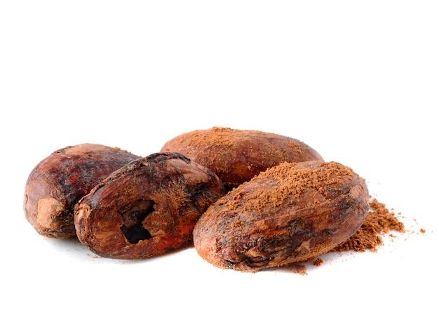 Haufen von kakaobohnen isoliert auf weiß