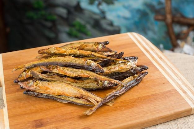 Haufen von kleinen frischen fischen