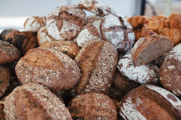 Haufen von köstlichen frisch gebackenen ganzen broten