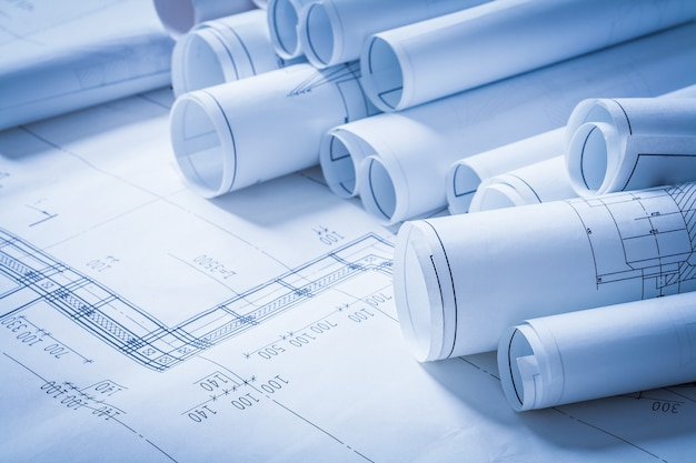 Haufen von konstruktionszeichnungen baukonzept