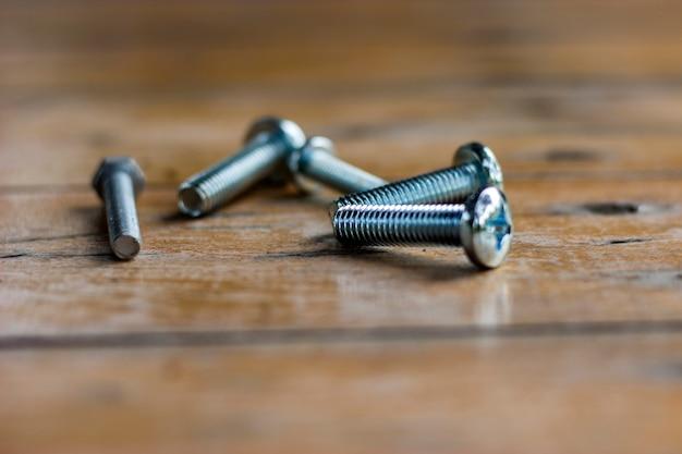Haufen von kurzen metallschrauben