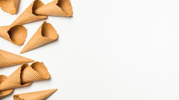 Haufen von leeren waffelkegeln