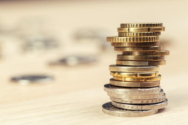 Haufen von münzen auf arbeitstisch