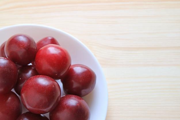 Haufen von reifen golf ruby plum fruits ups up auf weißer platte