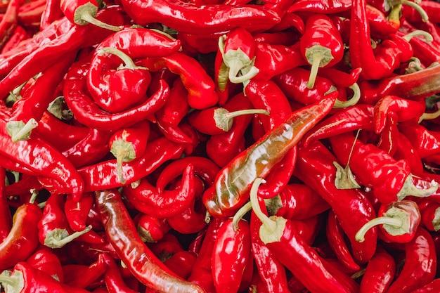 Haufen von reifen großen roten paprikaschoten