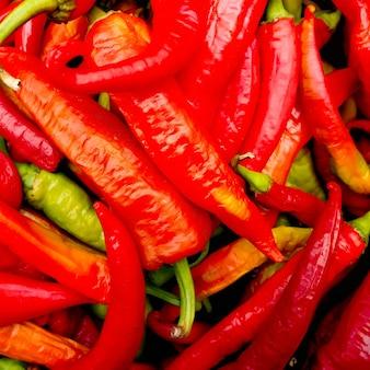 Haufen von reifen großen roten pfeffern am straßenmarkt, reifer roter, grüner paprika, herbsternte