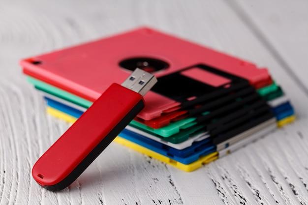 Haufen von retro-disketten und usb-flash-treiber