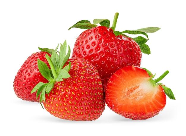 Haufen von roten erdbeeren isoliert auf weißer oberfläche mit beschneidungspfad. gestaltungselement, nahaufnahme