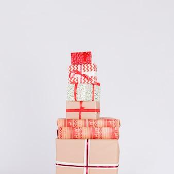 Haufen von verschiedenen geschenkkartons in wraps