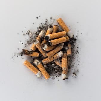 Haufen zigarettenstummel asche hintern
