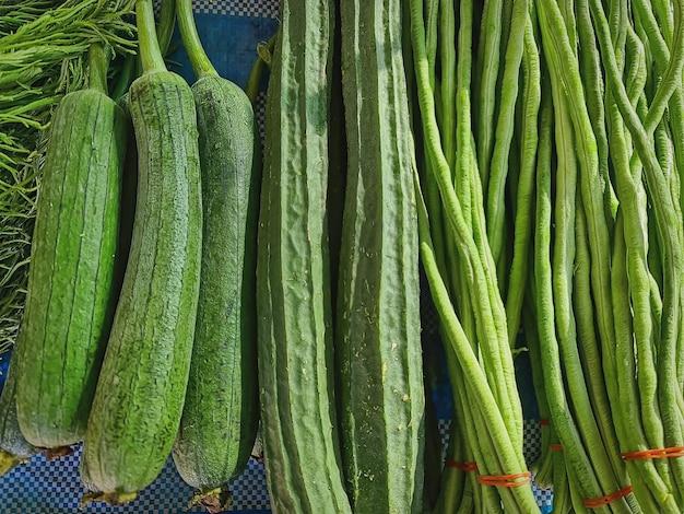 Haufenweise frisches grünes gemüse zum verkauf am marktstand