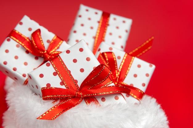 Haufenweise weihnachtsgeschenke im weihnachtsmann