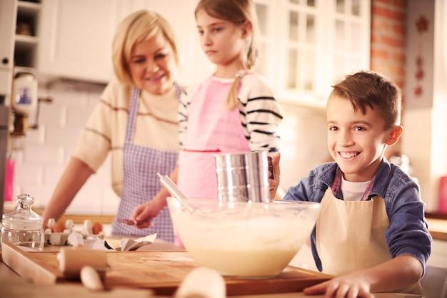 Hauptansicht eines jungen mit küchenzubehör