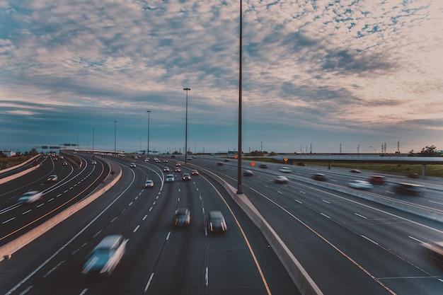 Hauptautobahn am frühen abend in toronto, kanada