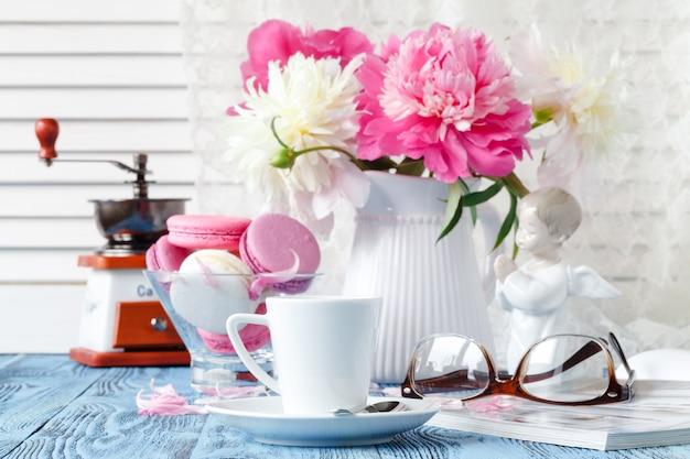 Hauptdekoration, frische rosa pfingstrosen auf couchtisch im weißen raum