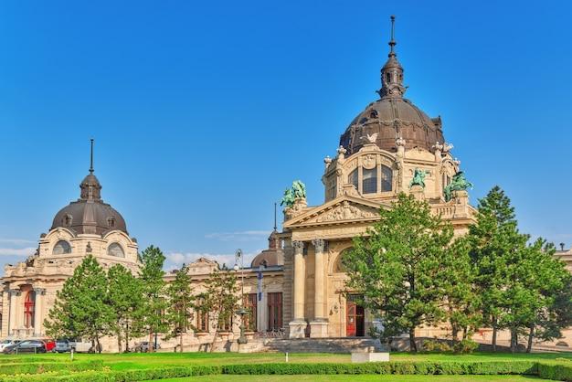 Haupteingang des szechenyi-bades, des ungarischen thermalbadkomplexes und der spa-behandlungen. budapest.