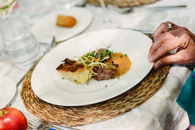Hauptgericht in einem hochzeitsrestaurant serviert