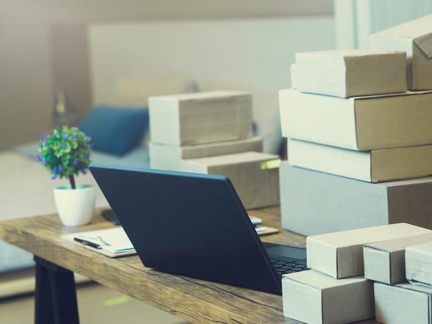 Hauptgeschäft online-verkäufer mit vielen verpackungskästen