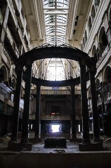 Haupthalle mit aufzügen im baufälligen verlassenen hotel severnaya korona