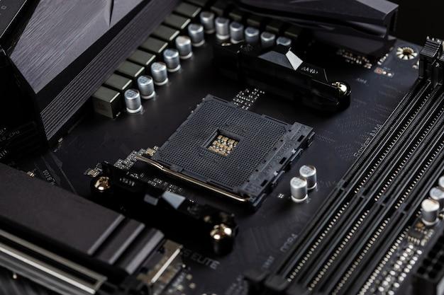 Hauptplatine auf einem tisch, der leiterplatten und komponenten des chips zeigt