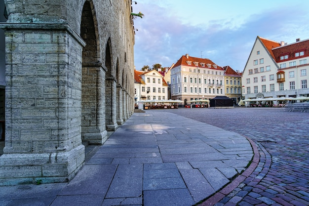 Hauptplatz mit kopfsteinpflaster der stadt tallinn mit seinen mittelalterlichen häusern. estland.