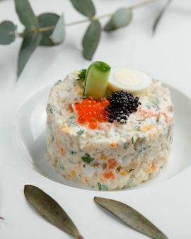 Hauptsalat mit schwarzem und rotem kaviar